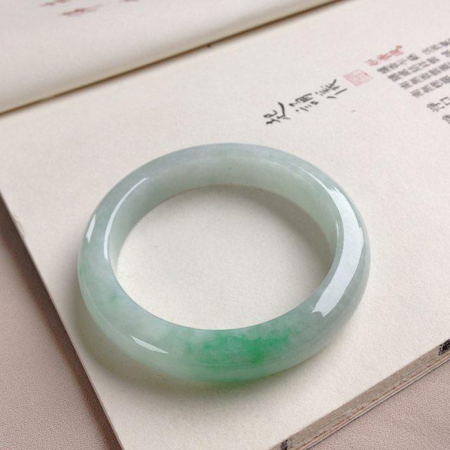 糯种飘绿翡翠手手镯 光泽明润