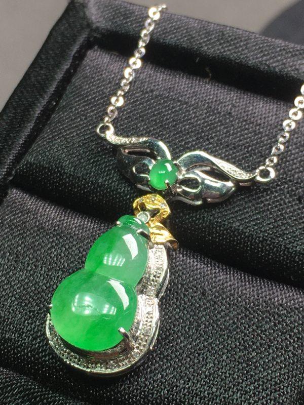 冰种阳绿翡翠葫芦项链