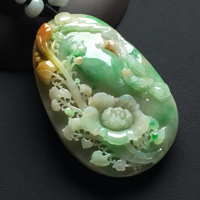 巧雕黄加绿鸟语花香翡翠挂件  尺寸:61-39-13.6毫米