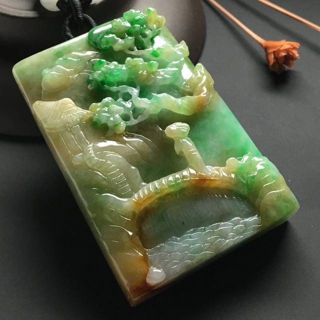 巧雕黄加绿悠然自得 翡翠吊坠 尺寸:65-37-10.5毫米