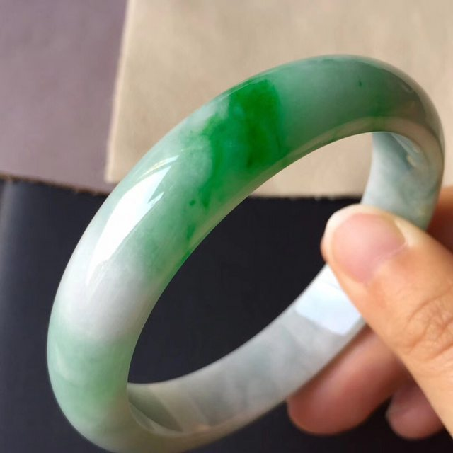 糯冰种飘阳绿正装翡翠手镯55