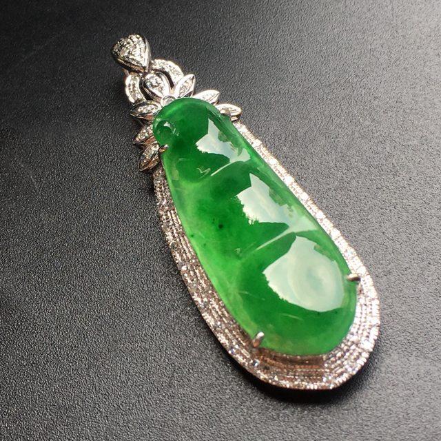 阳绿四季豆 翡翠挂件 裸石尺寸29.5*11.3*1.3