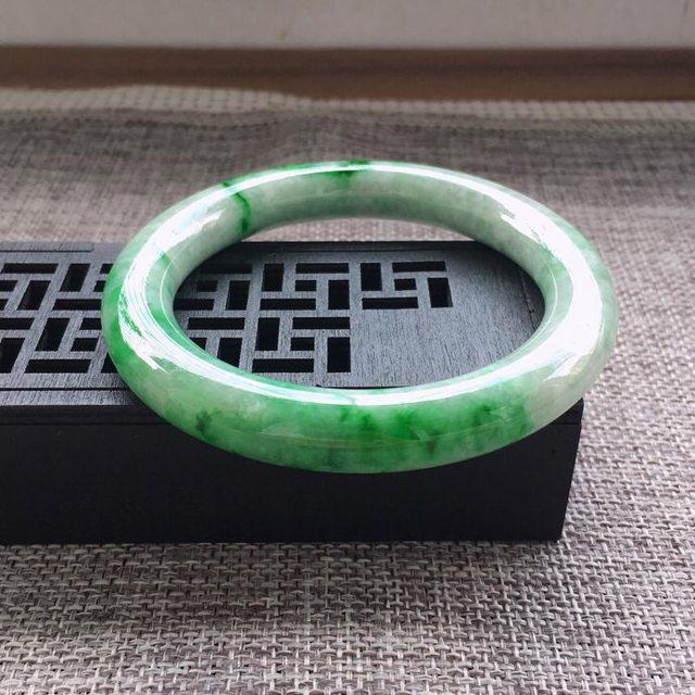 冰糯种飘绿圆条翡翠手镯