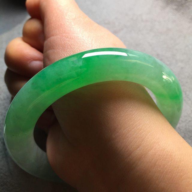 高冰飘阳绿翡翠圆条手镯 尺寸11.555