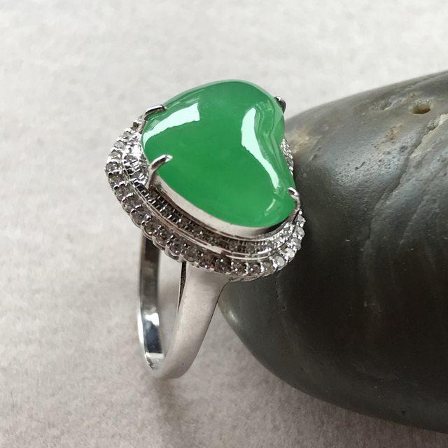 冰种阳绿爱心翡翠戒指