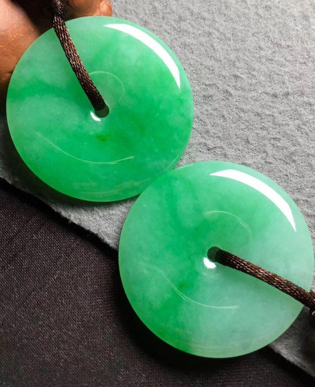 冰种阳绿翡翠吊坠 翡翠平安扣吊坠 尺寸37.3*4.5