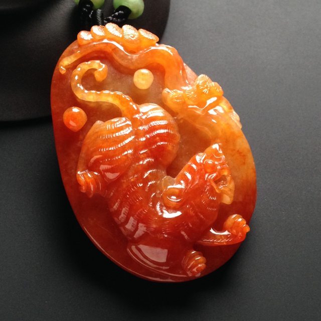 巧雕红翡翡翠挂件  虎虎生威翡翠挂件 尺寸58-41-11毫米