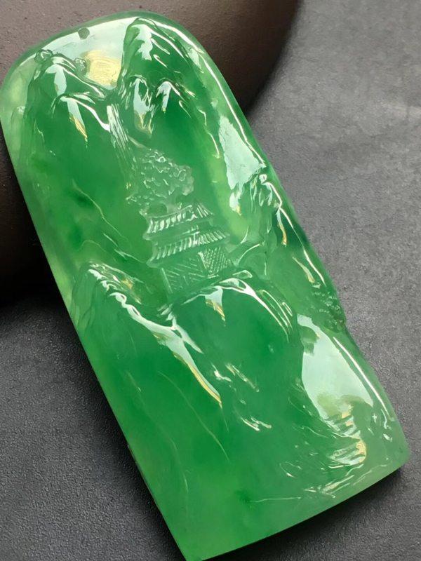 阳绿意境牌翡翠挂件  尺寸:46.6*21.2*7.3mm