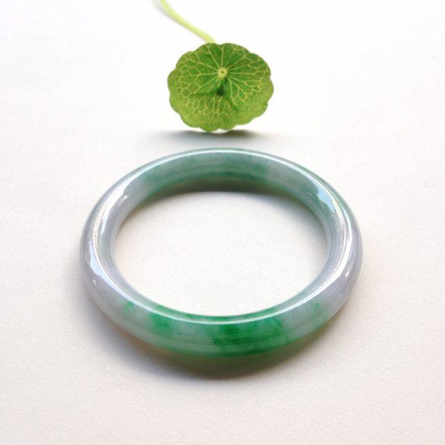 糯冰阳绿翡翠手镯 条形秀气精致