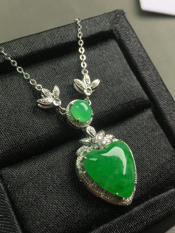 冰种满绿翡翠桃子项链