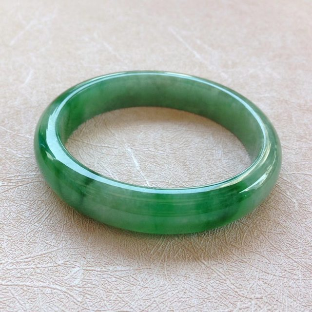 水润飘阳绿翡翠贵妃手镯 尺寸:55.5*12.4*7.2/44.8