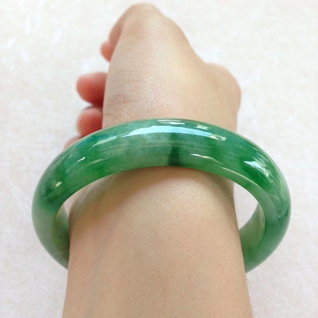 水润飘阳绿翡翠贵妃手镯 尺寸:55.5*12.4*7.2/44.8图7