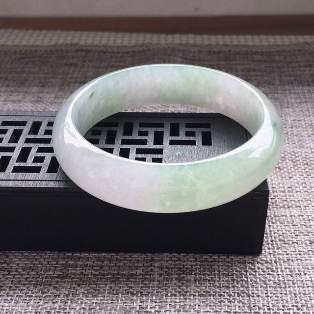 冰糯种通透浅绿正圈翡翠手镯图1