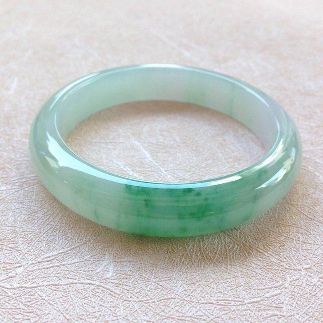 冰种飘绿翡翠手镯  缅甸天然翡翠手镯  尺寸:54.8*11.6*8.1