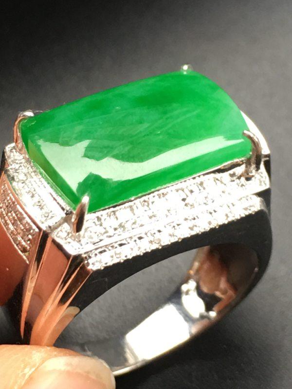 绿色马鞍 18K金伴钻翡翠戒指