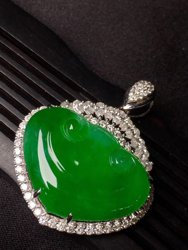 冰种辣绿色的如意吊坠裸石尺寸:28.3*19.9*10.3