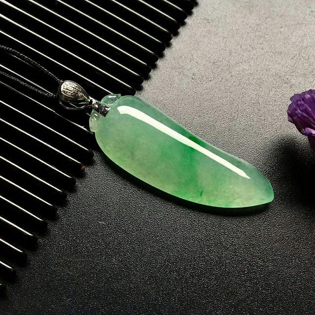 冰飘绿福瓜 翡翠吊坠 尺寸: 36-13-6mm