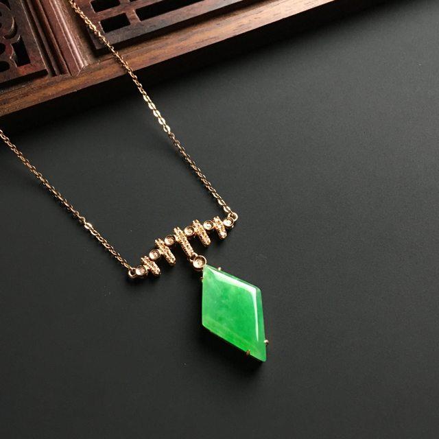 冰种阳绿天然翡翠菱形项链 整体尺寸18-12-4毫米