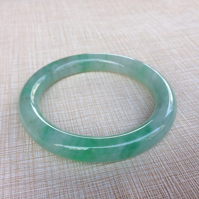 冰糯飘绿56.3圆条翡翠手镯