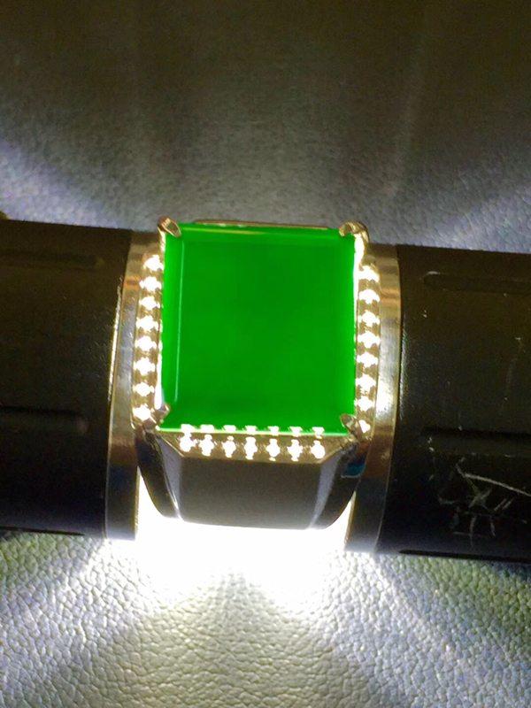 墨翠 缅甸天然翡翠戒指 18K金+莫桑钻镶嵌 打灯透绿