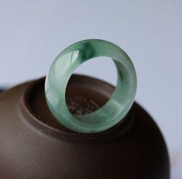 冰糯种翡翠戒指有什么特点?冰糯种翡翠戒指价格会持续上涨吗?
