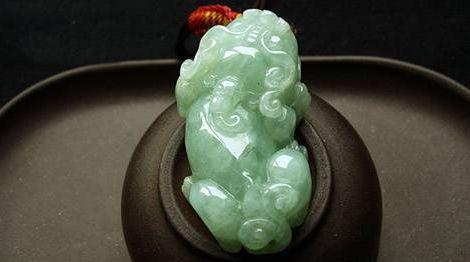 翡翠玉石和天然水晶的区别是什么   翡翠玉石雕刻貔貅有什么特殊含义吗